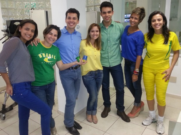 Jornalistas da Inter TV Grande Minas na torcida na redação em Montes Claros. (Foto: Alexandre Fonseca / Inter TV MG)