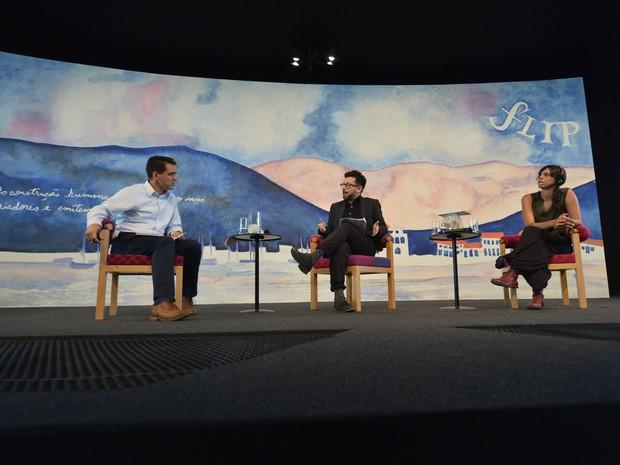 A partir da esquerda: Ángel Gurría-Quintana (mediador) e os escritores João Paulo Cuenca e Valéria Luiselli, que fizeram bom debate na Flip (Foto: Walter Craveiro/Divulgação Flip)