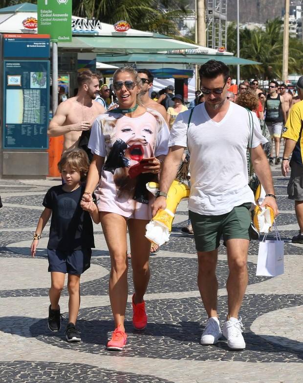 Adriane Galisteu com o filho e o marido (Foto: André Freitas/ Ag. News)
