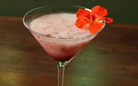 Drinque de graviola com vodca e flor comestível amor perfeito
