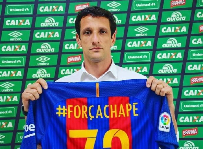Belletti posa com camisa do Barcelona em homenagem à Chapecoense (Foto: Reprodução/Instagram)