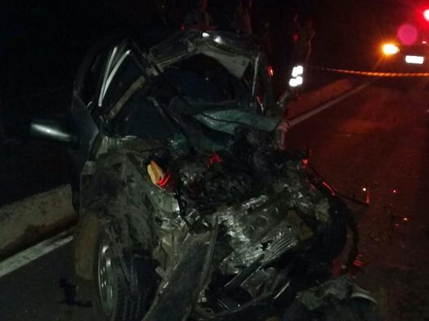 Motorista de 45 anos ficou preso às ferragens e morreu após bater com carro em caminhão na BR-369, em Campos Gerais (Foto: Polícia Militar Rodoviária)