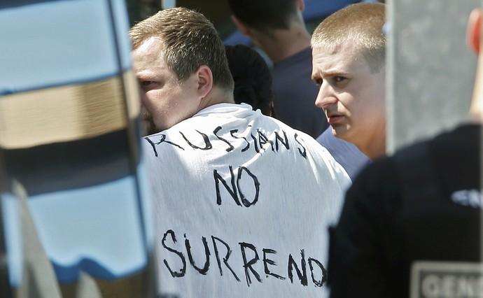 """Torcedor com camisa escrita """"Russos não se rendem"""" é levado preso (Foto: REUTERS/Eric Gaillard)"""