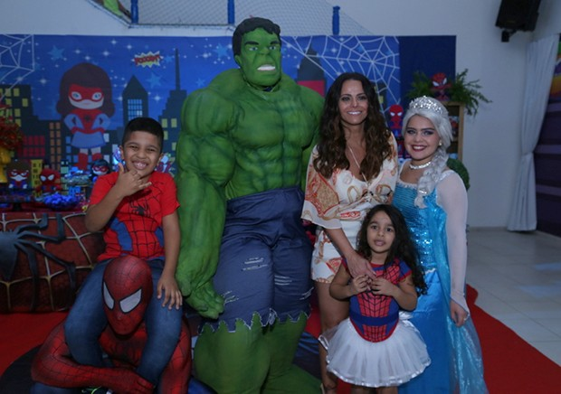 Viviane Araújo com os sobrinhos, Lucas e Iara (Foto: Agnews)