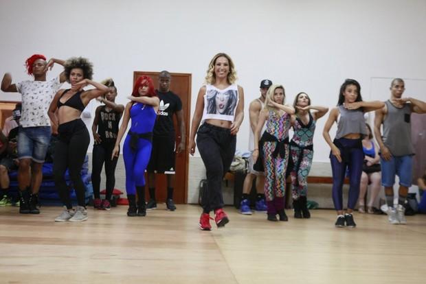 Ensaio de Valesca Popozuda com seus bailarinos (Foto: Isac Luz / EGO)