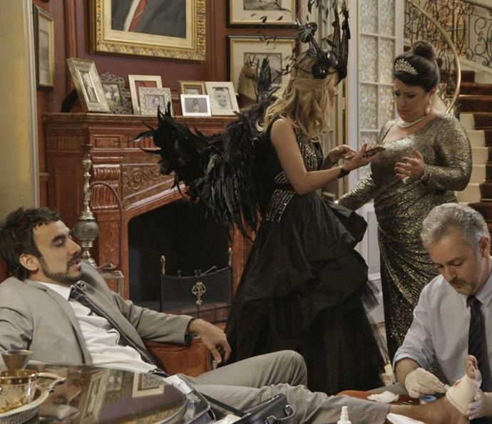 Patricinha mostra novos seguidores para Teodora (Foto: TV Globo)