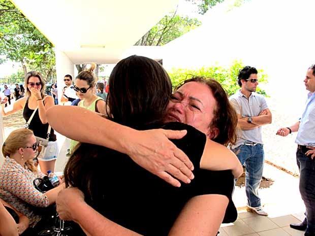 Mãe de jovem morto após tentativa de assalto em Águas Claras chora ao abraçar familiar durante o velório (Foto: Lucas Nanini/G1)
