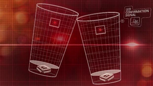 Copo tem chip que permite adicionar amigos ao Facebook durante o brinde (Foto: Divulgação/Budweiser)