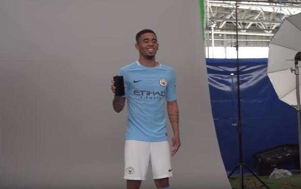 BLOG: Vídeo: Gabriel Jesus brinca com Sterling em ensaio para novo uniforme do City