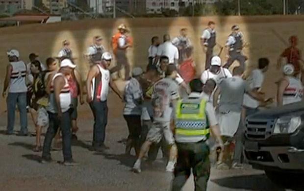 Sete PMs acompanham a cena sem agir- Agressão flamengo são paulo (Foto: SporTV)