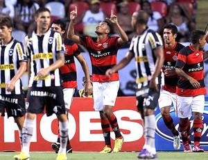Hernane comemora gol do Flamengo contra o Botafogo (Foto: Alexandre Cassiano / Ag. O Globo)