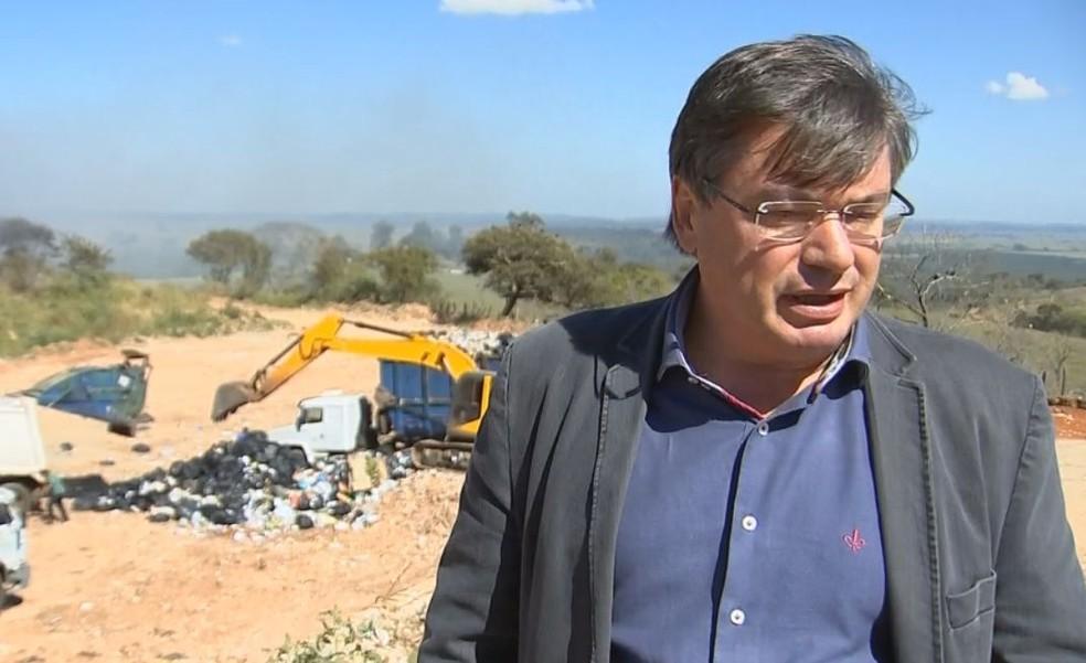 Prefeito prometeu que até segunda-feira a área estará regularizada  (Foto: Reprodução / TV TEM )