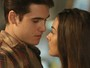Rodrigo e Luciana quase se beijam, mas Flávia chega bem na hora