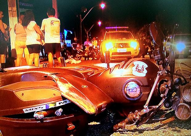 Motocicleta envolvida no acidente ficou bastante danificada; motorista do carro fugiu (Foto: Reprodução/Inter TV Cabugi)