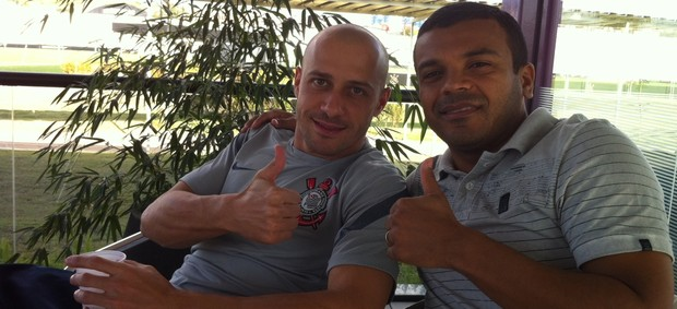 Ex-atacante Roma com o lateral Alessandro, do Corinthians (Foto: GLOBOESPORTE.COM/PA)