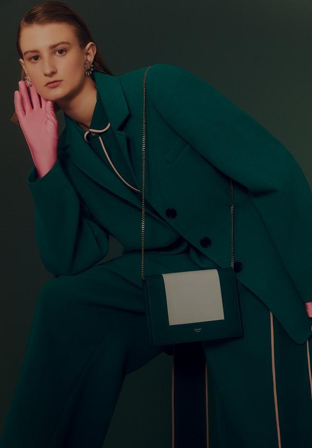 Carol Ruppenthal usa blazer, calça e bolsa, tudo Céline; camisa, R$ 1.798, Bo.Bô. Brincos, Amsterdam Sauer; luvas, R$ 40, Luvaria Gomes (Foto: Rafael Pavarotti)