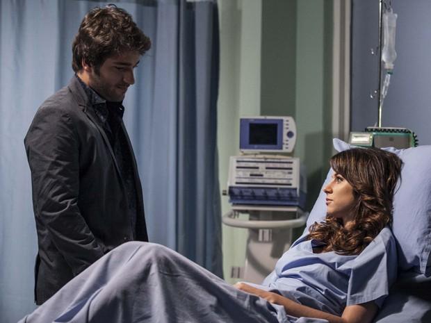 Clima? Davi conversa com Manu no hospital (Foto: Inácio Moraes/TV Globo)