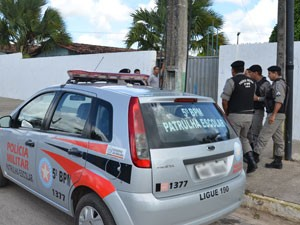 Policiais Militares da Patrulha Escolar foram chamados para conduzir professor até delegacia (Foto: Walter Paparazzo/G1)
