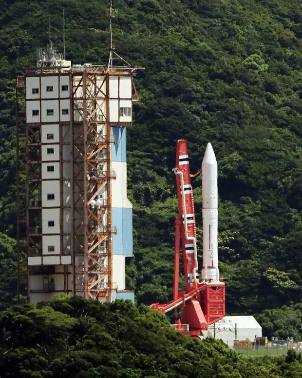 O foguete Epsilon na plataforma de lançamento na cidade de Kimotsuko; o lançamento foi adiado por tempo indeterminado.  (Foto: AFP Photo/Jiji Press Japan)