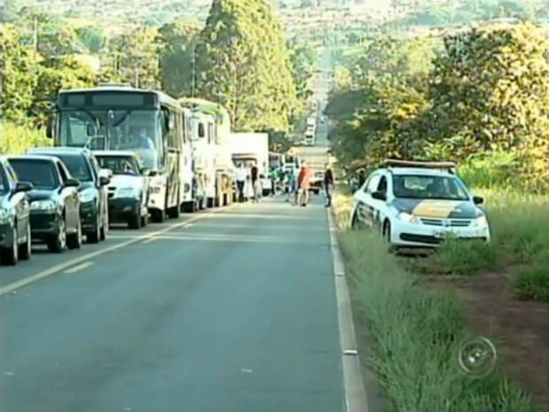 Manifestação provocou congestionamento na rodovia (Foto: Reprodução / TV TEM)