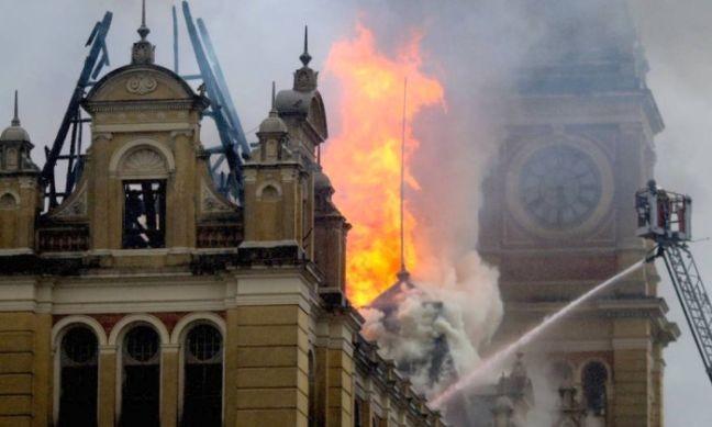 Incêndio no Museu da Língua Portuguesa, São Paulo (Foto: Pedro Kirilos / Agência O Globo)