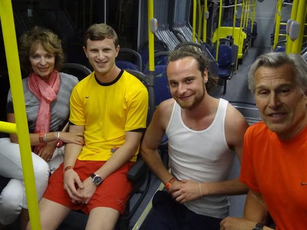 Americanos são um dos primeiros a sair de BRT para a Arena, partindo da PE-15 (Foto: Luna Markman/G1)