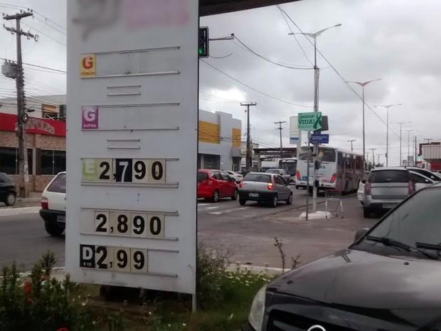 Em um posto no bairro Jardim Cidade Universitária, a gasolina acabou na terça-feira e o valor foi retirado da placa com os preços (Foto: Diogo Almeida/G1)
