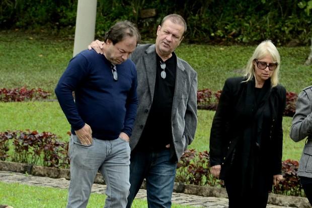 Família de Xuxa no velório de Cirano Meneghel (Foto: Roberto Teixeira / EGO)