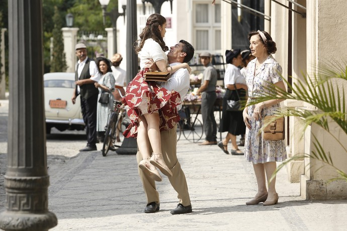 De tanta alegria, Osório ergue a namorada no ar (Foto: Raphael Dias/Gshow)