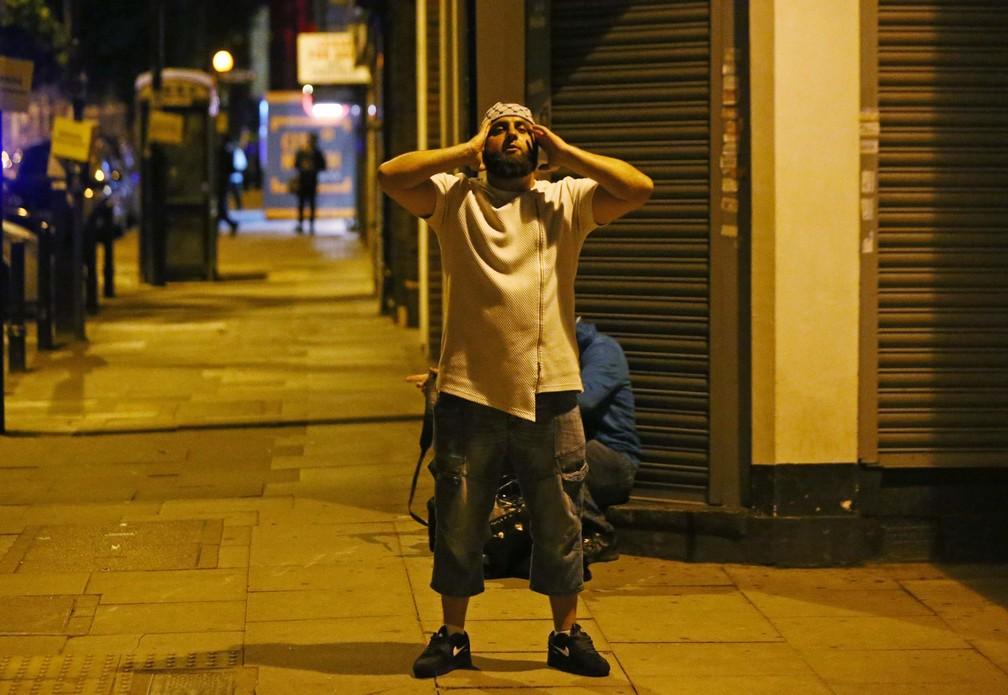 Fiel ora após homem atropelar pedestres com uma van em frente a uma mesquita em Finsbury Park, no Norte de Londres (Foto: Neil Hall/Reuters)