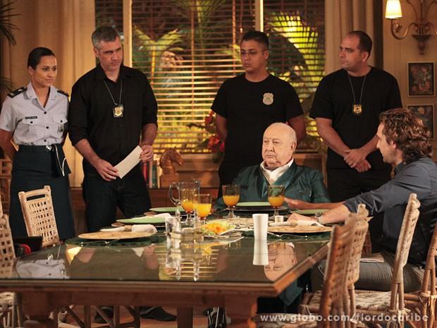 Tenente Isabel e os agentes levam o vilão para delegacia (Foto: Flor do Caribe / TV Globo)