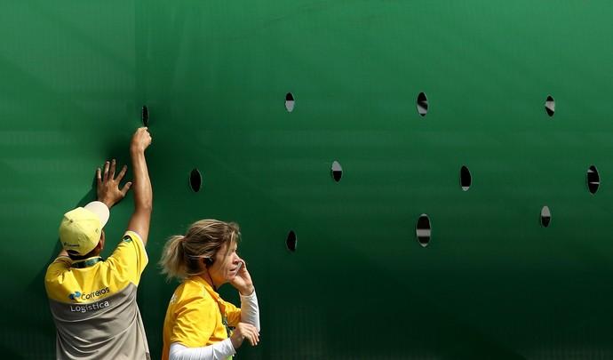 Voluntários buracos vento (Foto: Cameron Spencer/Getty Images)