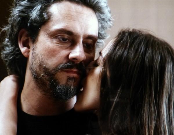 Zé Alfredo se sujeita a ir pra cama com Cora (Foto: Gshow)