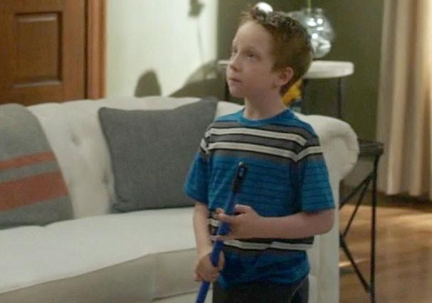 """Jackson Millarker no papel de Tom, em """"Modern Family"""" (Foto: Reprodução)"""