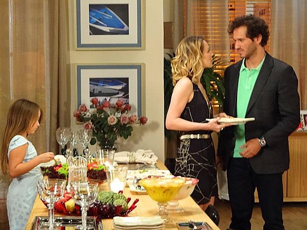 Juliana e Fábio ficam surpresos com o novo comportamento de Manoela (Foto: Guerra dos Sexos / TV Globo)