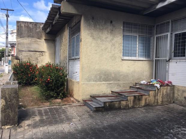 Crime aconteceu na Ribeira no prédio onde moradora de rua cosumava dormir (Foto: Ricardo Araújo/Tribuna do Norte)