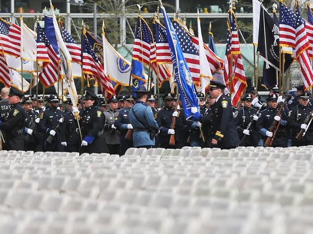Militares prestam homenagem a policial morto no campus do MIT, nesta quarta-feira (24) (Foto: AFP)