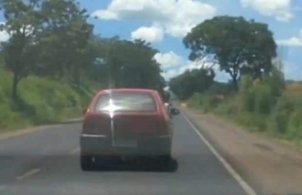 Criança é transportada com metade do corpo para fora em carro, em Catalão, Goiás (Foto: Reprodução/TV Anhanguera)