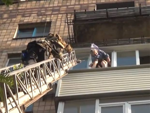 Apesar do susto, idosa foi resgatada sem ferimentos pelos bombeiros. (Foto: Reprodução)