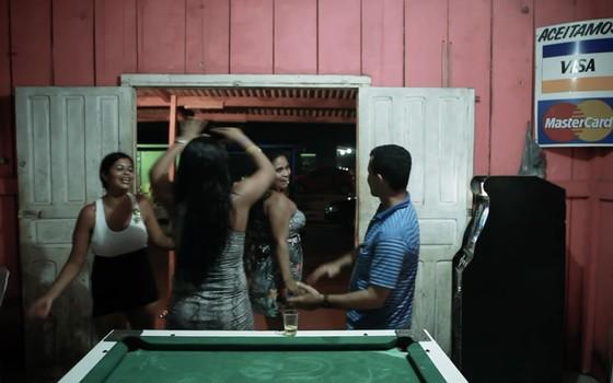 Bar em Jaci Paraná, na cena do documentário sobre hidrelétrica de Jirau (RO). Ir para bares é um dos principais lazeres nos dias livres (Foto: Repórter Brasil/Divulgação)