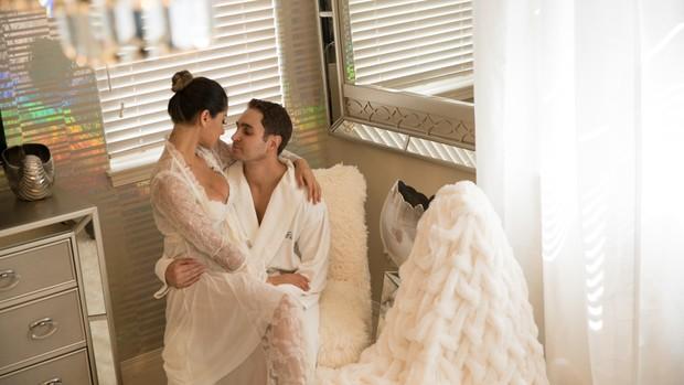 O quarto de Mayra Cardi e Greto Guariz é todo branco e em tons prata (Foto: Luan Assis/Divulgação)
