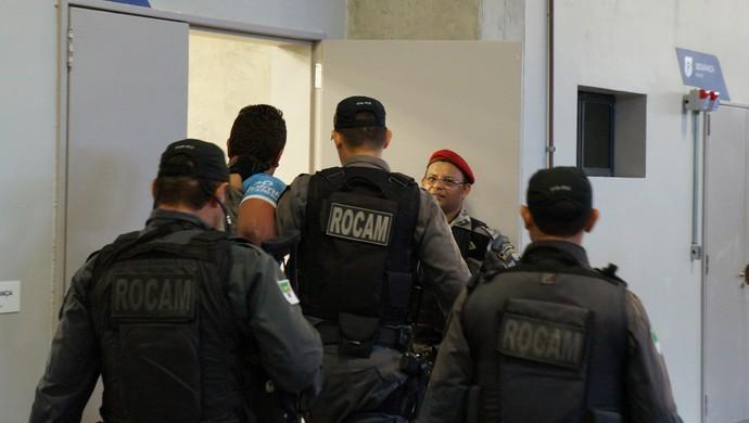 Torcedor do Santa Cruz é detido após confusão antes do jogo na Arena das Dunas (Foto: Augusto Gomes/G1)