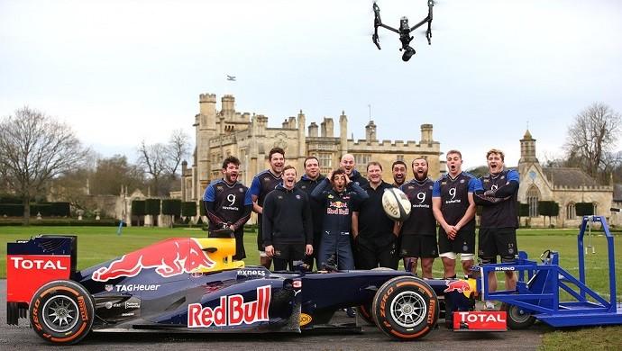Daniel Ricciardo e jogadores de rugby em desafio da RBR
