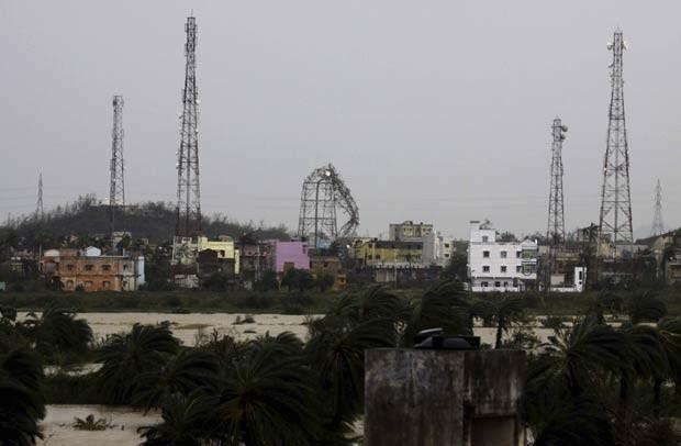 Uma torre de celular foi derrubada pela força do vento em Berhampur, também na região da Baía de Bengala (Foto: Biswaranjan Rout/AP)