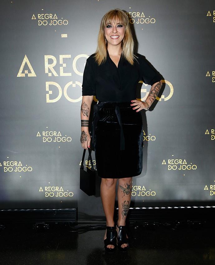 Júlia Rabello em look total black; destaque para a saia lápis de veludo! (Foto: Raphael Dias/Gshow)