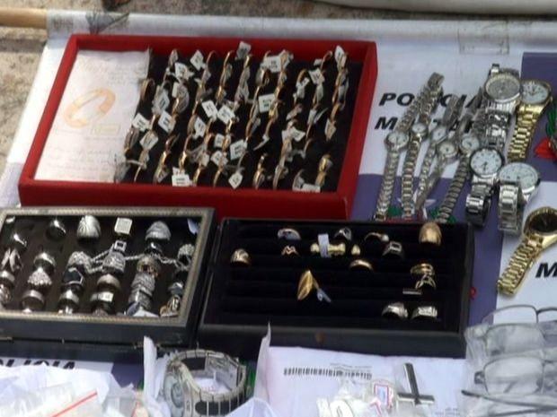 d71b478c7b6 Anéis e relógios apreendidos por PM em Piracicaba (Foto  Edijan Del  Santo EPTV