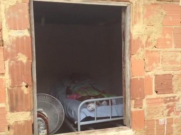 A mãe de Juliana teve dois AVCs e hoje vive na cama, aos 46 anos (Foto: Alexandre Nascimento/G1)