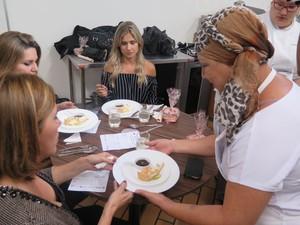 Participante apresenta doce para as juradas (Foto: Mariane Rossi/G1)