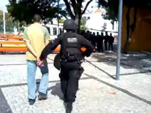 rapaz é preso portando máscara de gás em fortlaeza (Foto: Thiago Conrado/Arquivo pessoal)