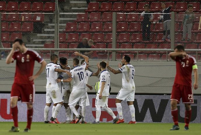 Jogadores da Grécia comemoram e da Hungria lamentam eliminatórias Eurocopa (Foto: REUTERS/Alkis Konstantinidis)